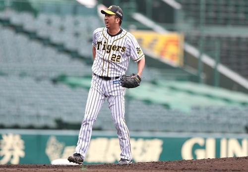練習試合・阪神対広島 5回表広島1死一塁、藤川球児は打者・堂林に投じた直後後、腰に手をやり顔をゆがめる(撮影・上山淳一)