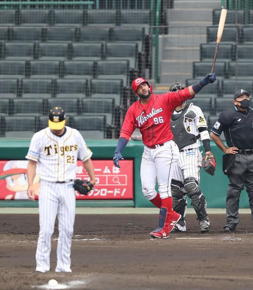 練習試合 阪神対広島 5回表広島無死一塁、左越え2点本塁打を放つアレハンドロ・メヒア。投手は藤川球児(撮影・前田充)