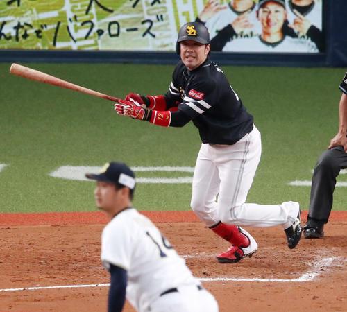 オリックス対ソフトバンク(練習試合)9回表ソフトバンク1死二塁、高谷裕亮は中前適時打を放つ(撮影・加藤哉)