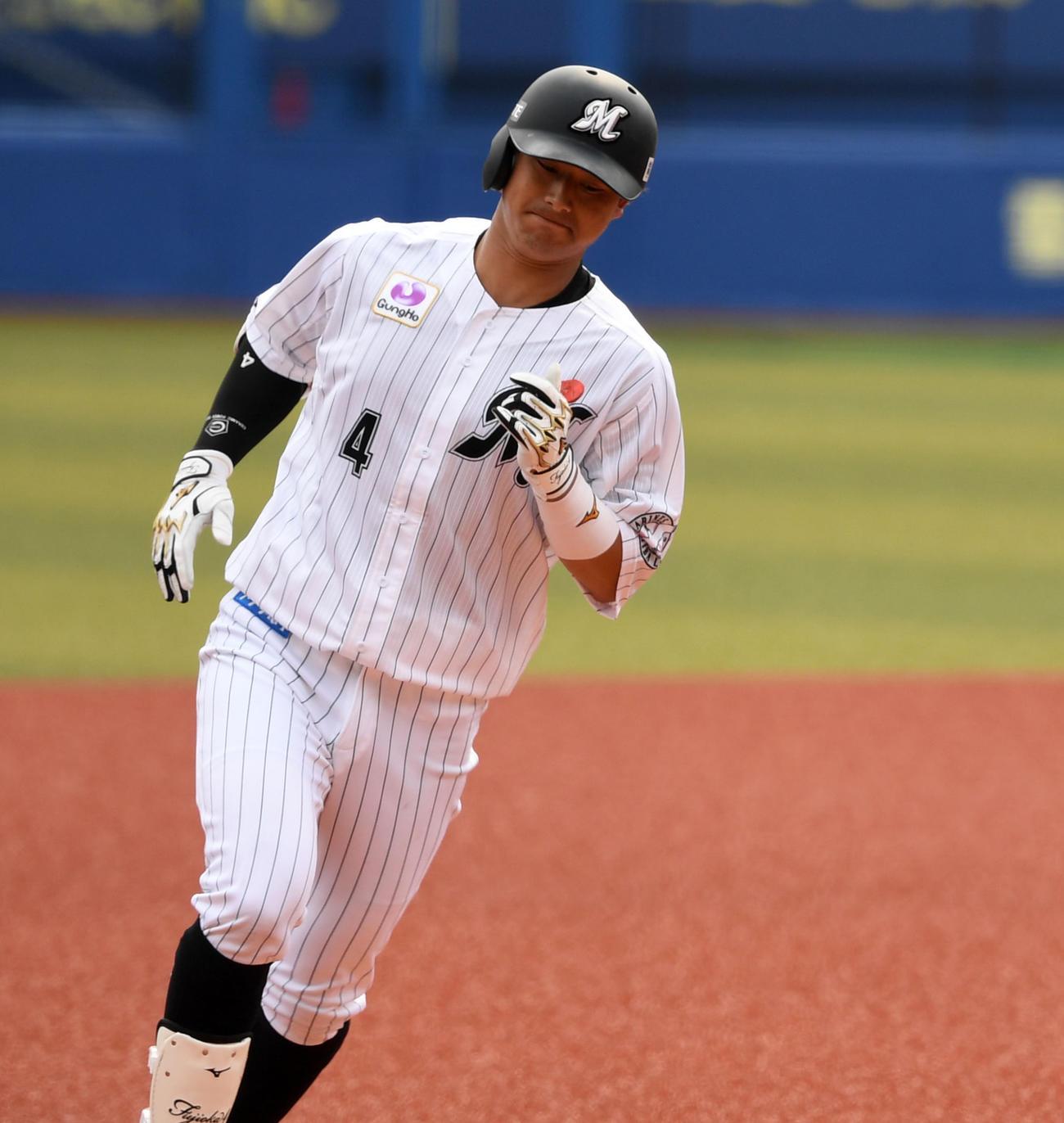 ロッテ対日本ハム 7回表ロッテ1死二塁、右越え2点本塁打を放ち三塁をまわる藤岡(撮影・横山健太)