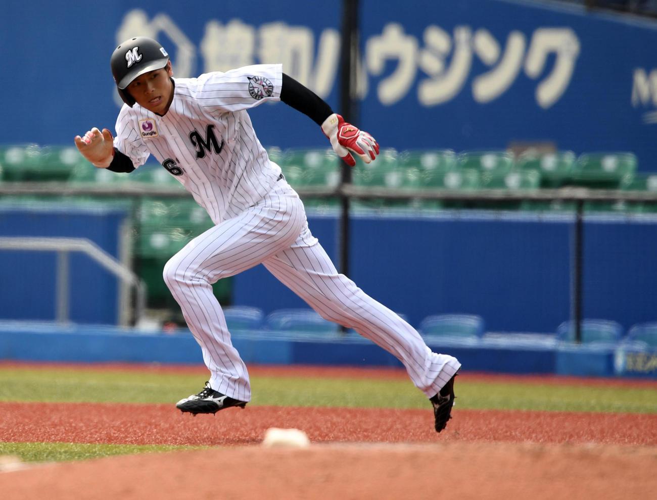 ロッテ対日本ハム 6回表ロッテ2死一塁、二盗を決める和田(撮影・横山健太)