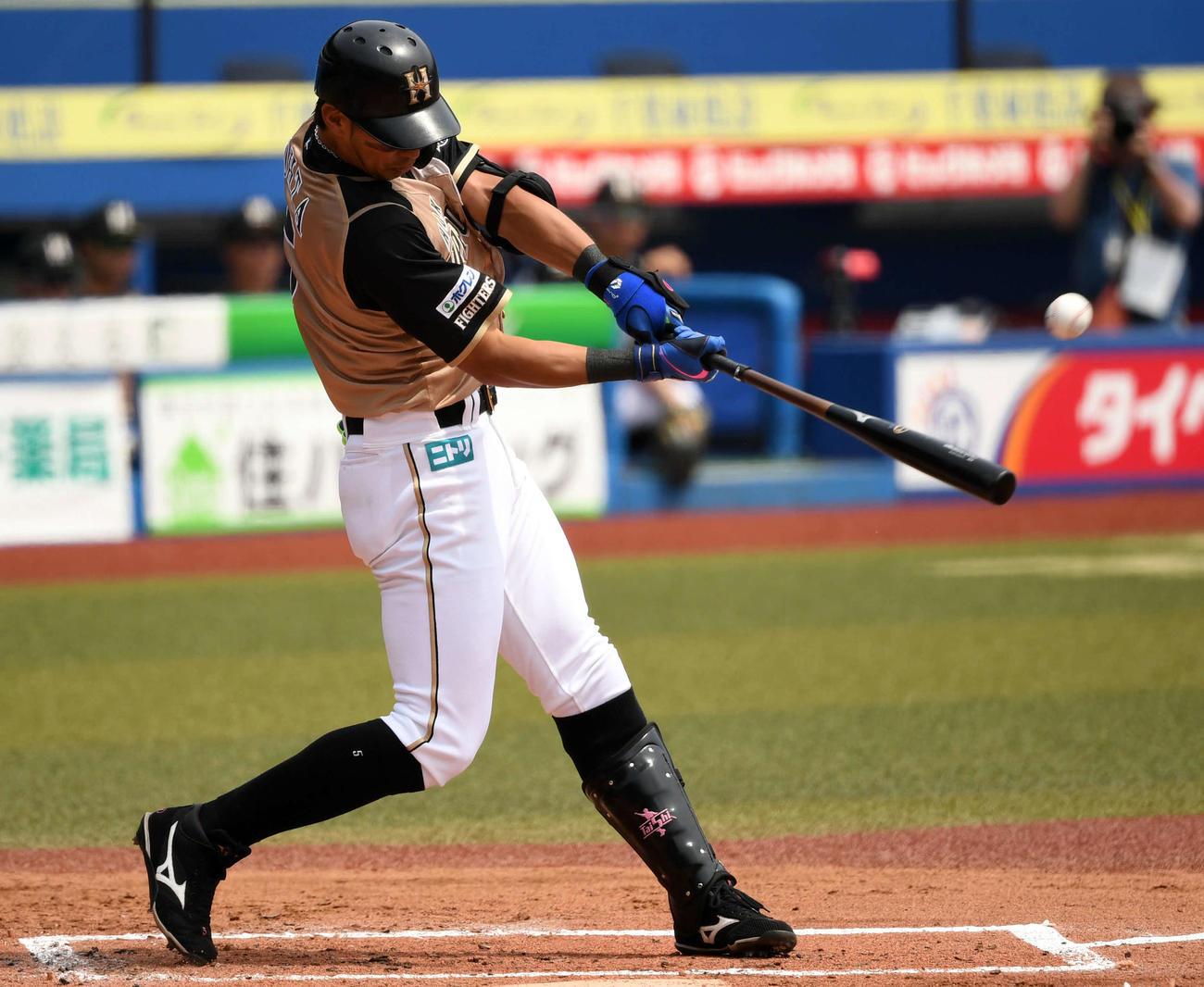 ロッテ対日本ハム 1回裏日本ハム無死一塁、左越え2点本塁打を放つ大田(撮影・横山健太)