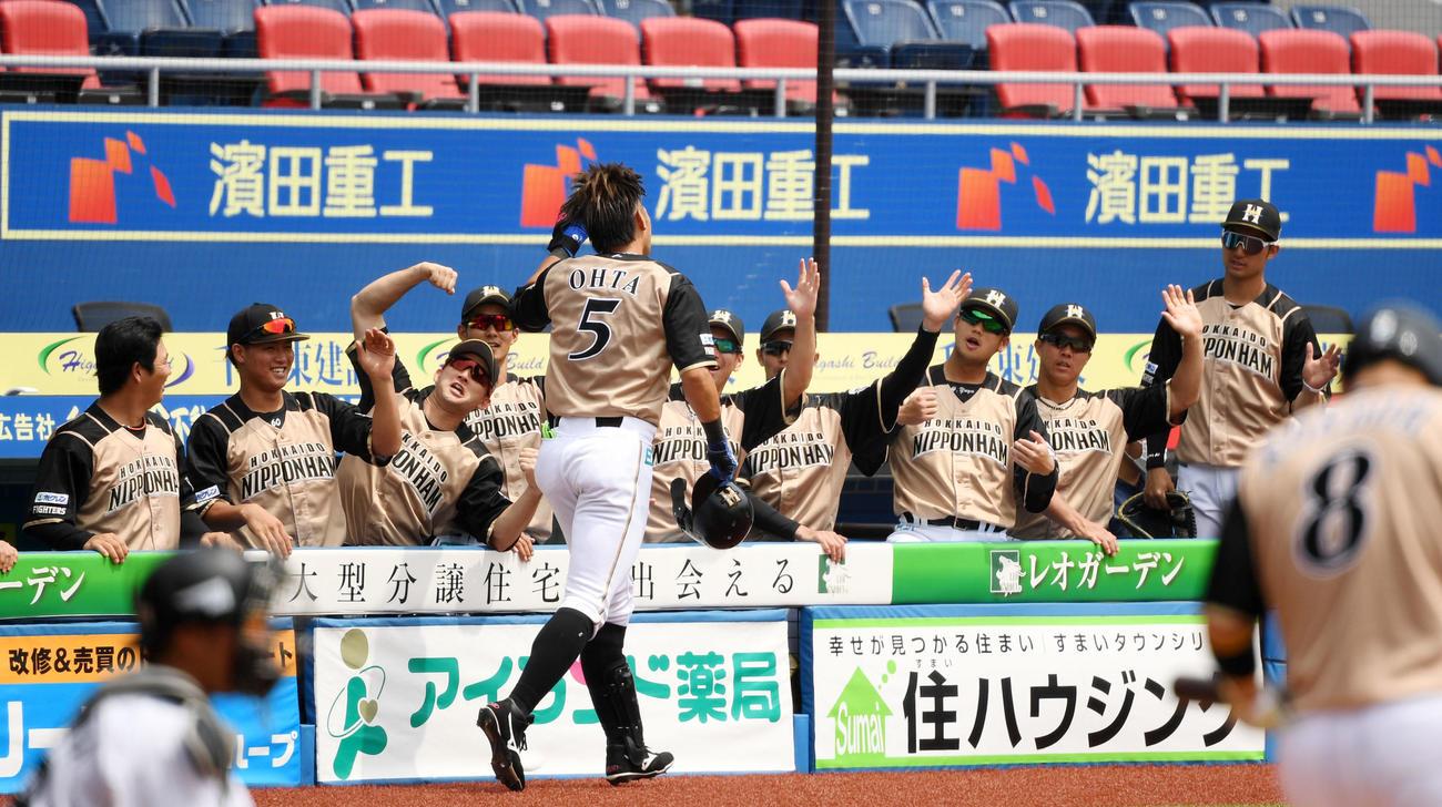 ロッテ対日本ハム 1回裏日本ハム無死一塁、左越え2点本塁打を放った大田をエアタッチで迎える日本ハムナイン(撮影・横山健太)
