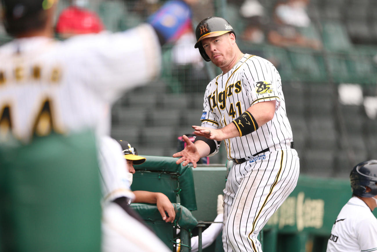練習試合・阪神対広島 6回裏阪神無死二塁、ボーアは中越え勝ち越し2点本塁打を放ちベンチに向かってポーズ(撮影・上山淳一)