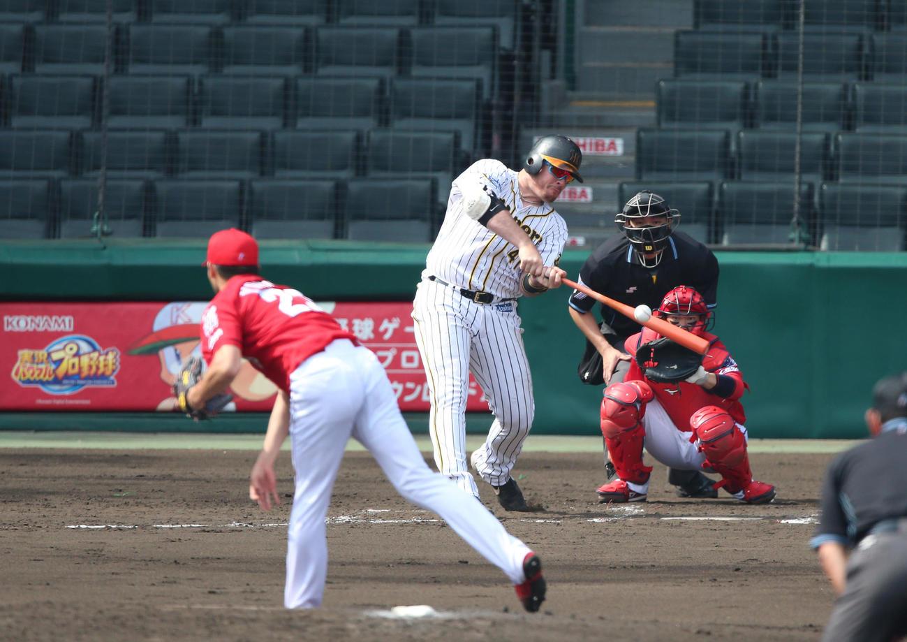 練習試合・阪神対広島 3回裏阪神無死一塁、ジャスティン・ボーアは右越え2点本塁打を放つ(撮影・上山淳一)