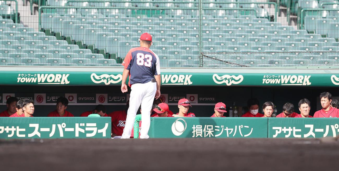 試合後、ベンチで厳しい表情を見せる広島ナイン(撮影・前田充)