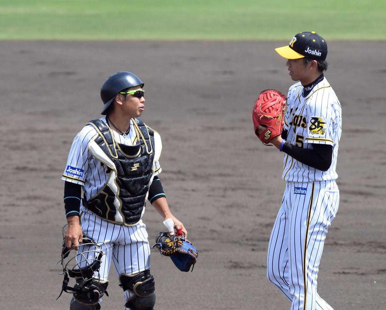 阪神対ソフトバンク 4回、2番手で登板した才木(右)に声を掛ける梅野(代表撮影)