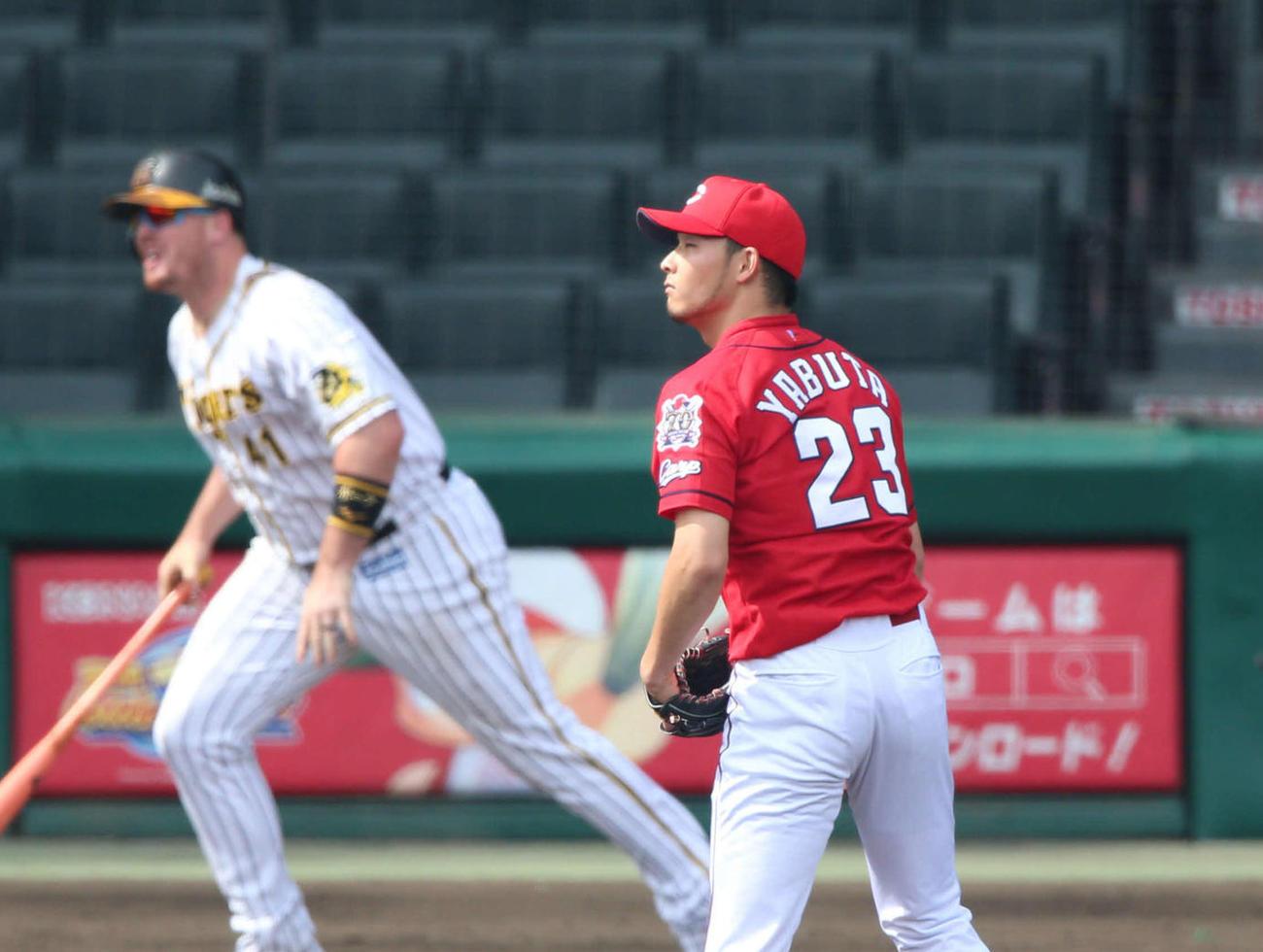 阪神対広島 3回裏阪神無死一塁、薮田(手前)はボーアに右越え2点本塁打を浴びる(撮影・上山淳一)