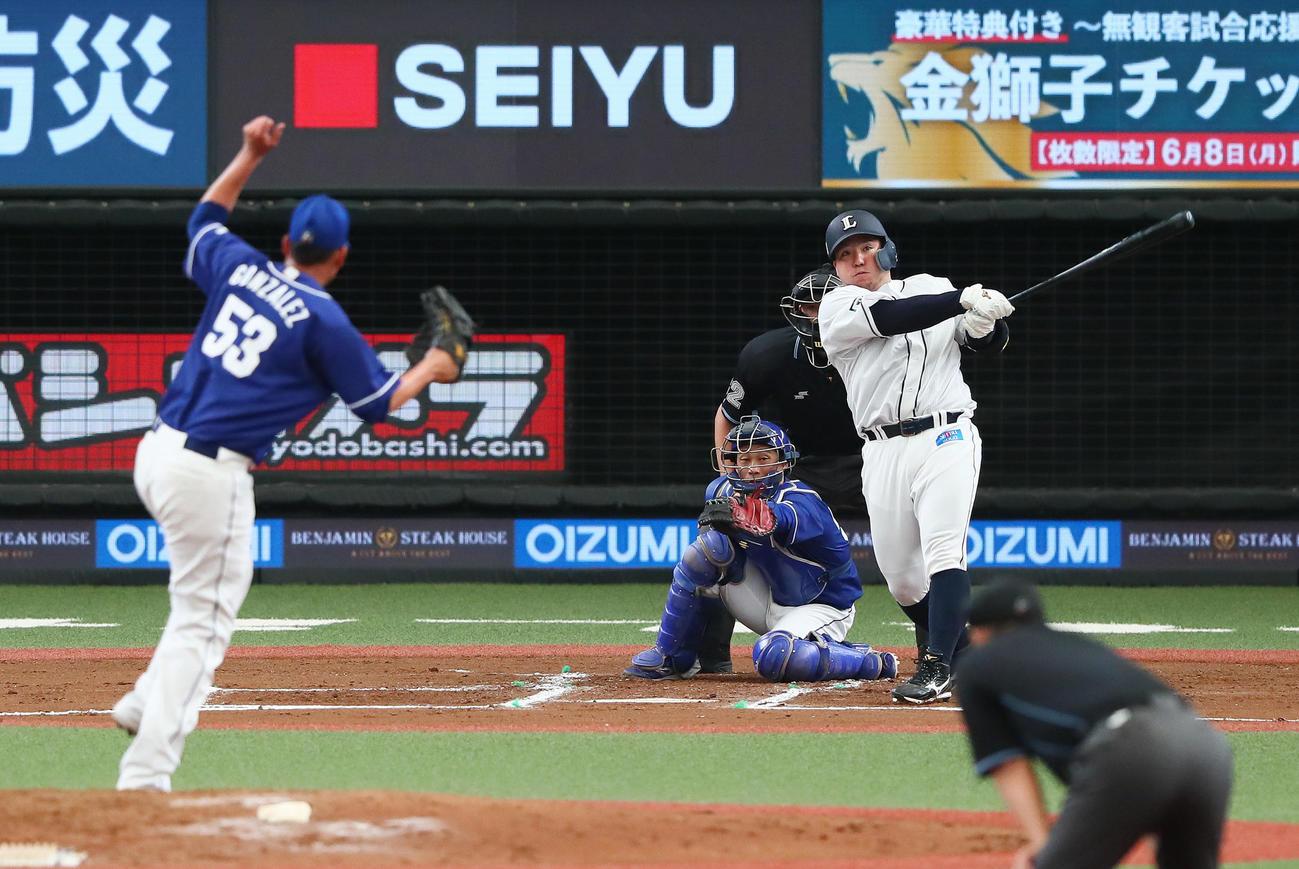 西武対中日 6回裏西武無死一塁、左越え2点本塁打を放つ山川。投手ゴンサレス(撮影・足立雅史)
