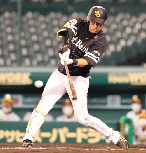 7回表ソフトバンク1死三塁、上林は右前勝ち越し適時打を放つ(撮影・清水貴仁)