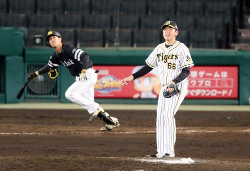 9回表ソフトバンク2死一、二塁、小川は柳町に中越え適時三塁打を打たれ失点する(撮影・加藤哉)