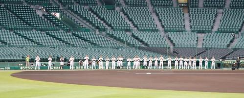 阪神対ソフトバンク 試合前に両軍ナインがグラウンドに整列し医療従事者へ拍手を送るフライデーオベーションが行われた(撮影・加藤哉)