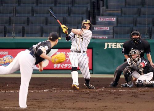 3回裏阪神2死二塁、糸井は左越え2点本塁打を放つ(撮影・加藤哉)