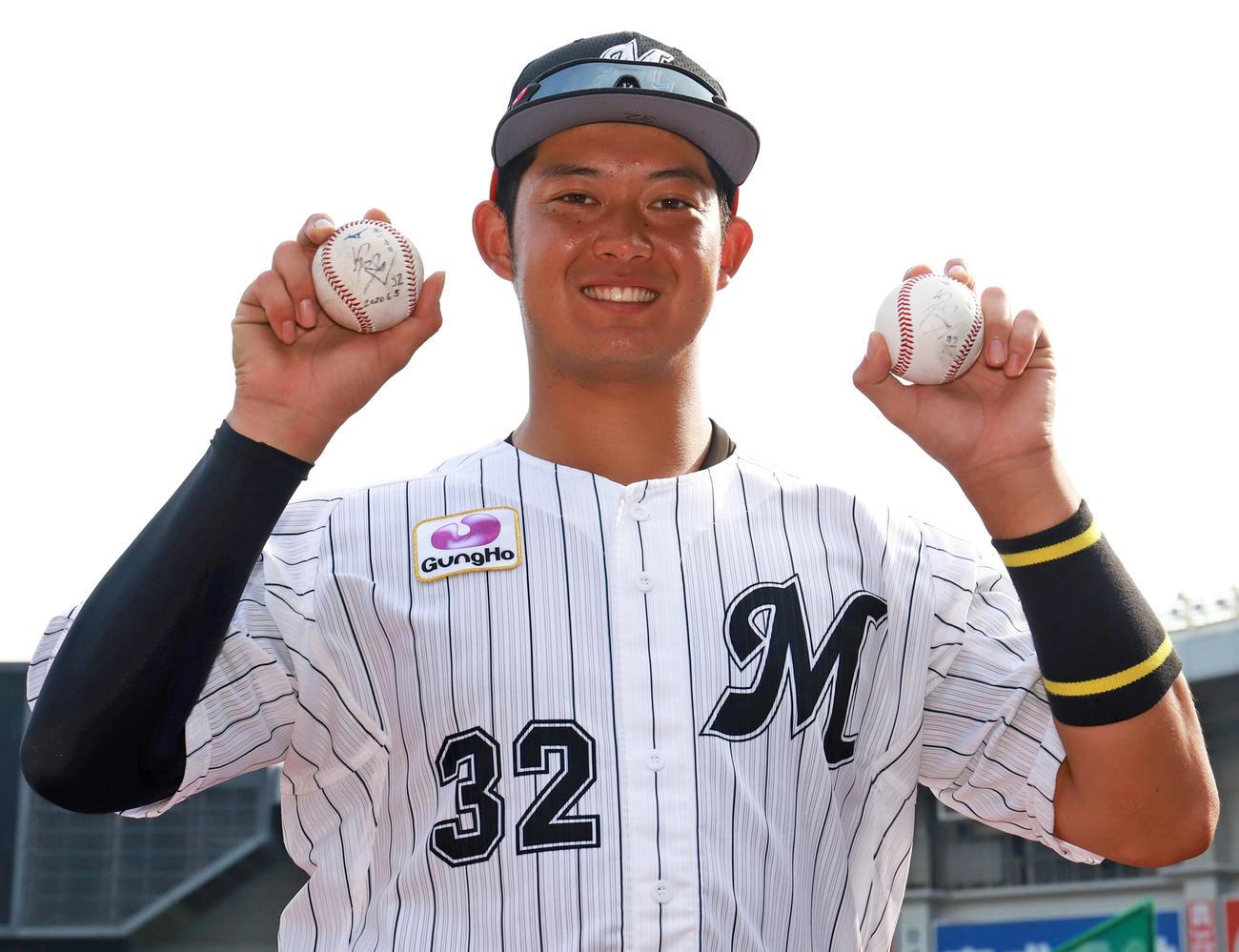 試合後、この日2本塁打のロッテ佐藤は打球を手に笑顔を見せる(撮影・垰建太)