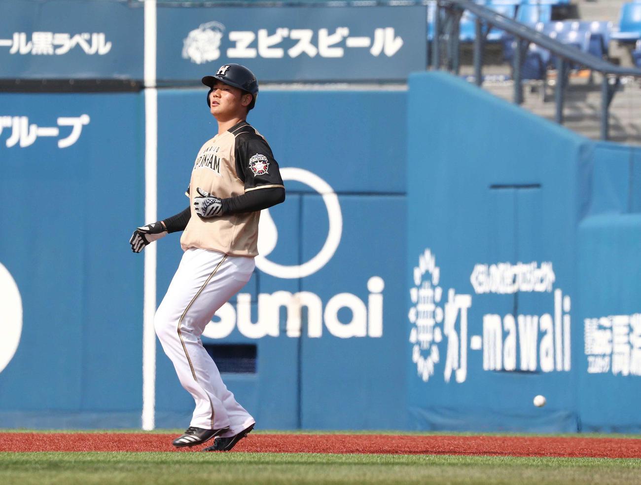 DeNA対日本ハム 8回表日本ハム2死一塁、谷口の打球が一塁走者の清宮に当たる(撮影・黒川智章)
