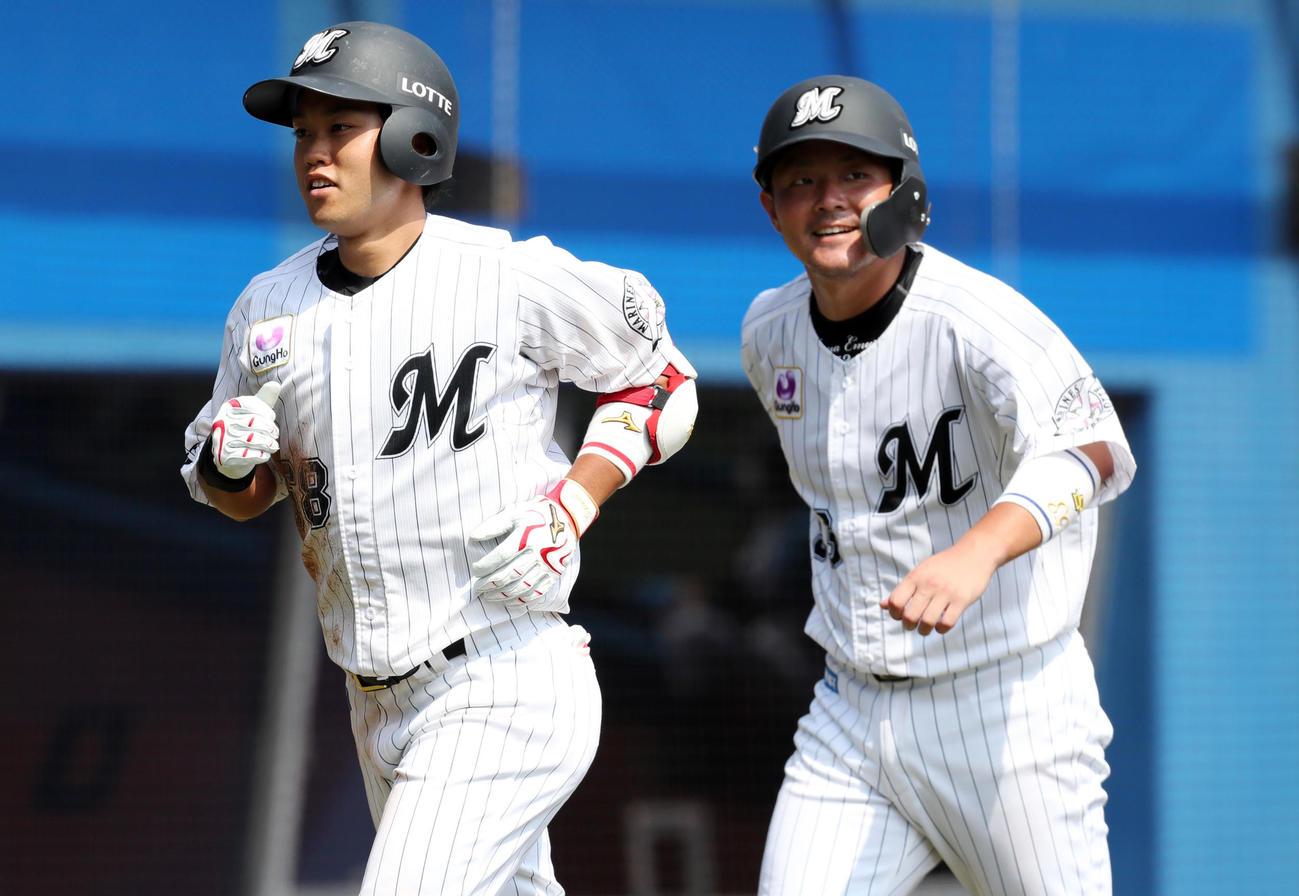 ロッテ対楽天 5回裏ロッテ1死一塁、左越え2点本塁打を放ち笑顔を見せる西巻(左)(撮影・垰建太)