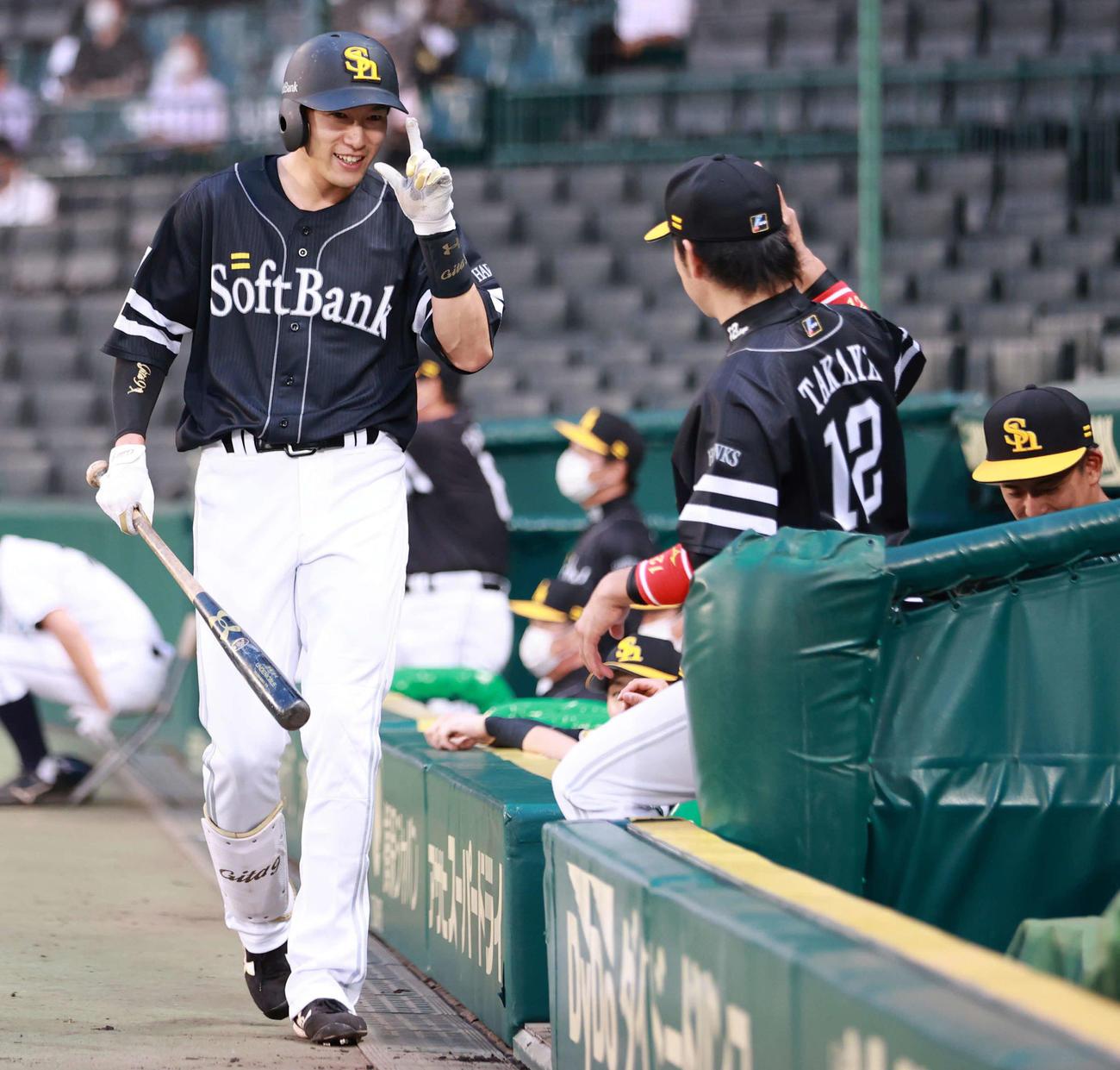 4回表ソフトバンク無死、右中間へ同点本塁打を放った柳田は、笑顔でポーズ(撮影・清水貴仁)
