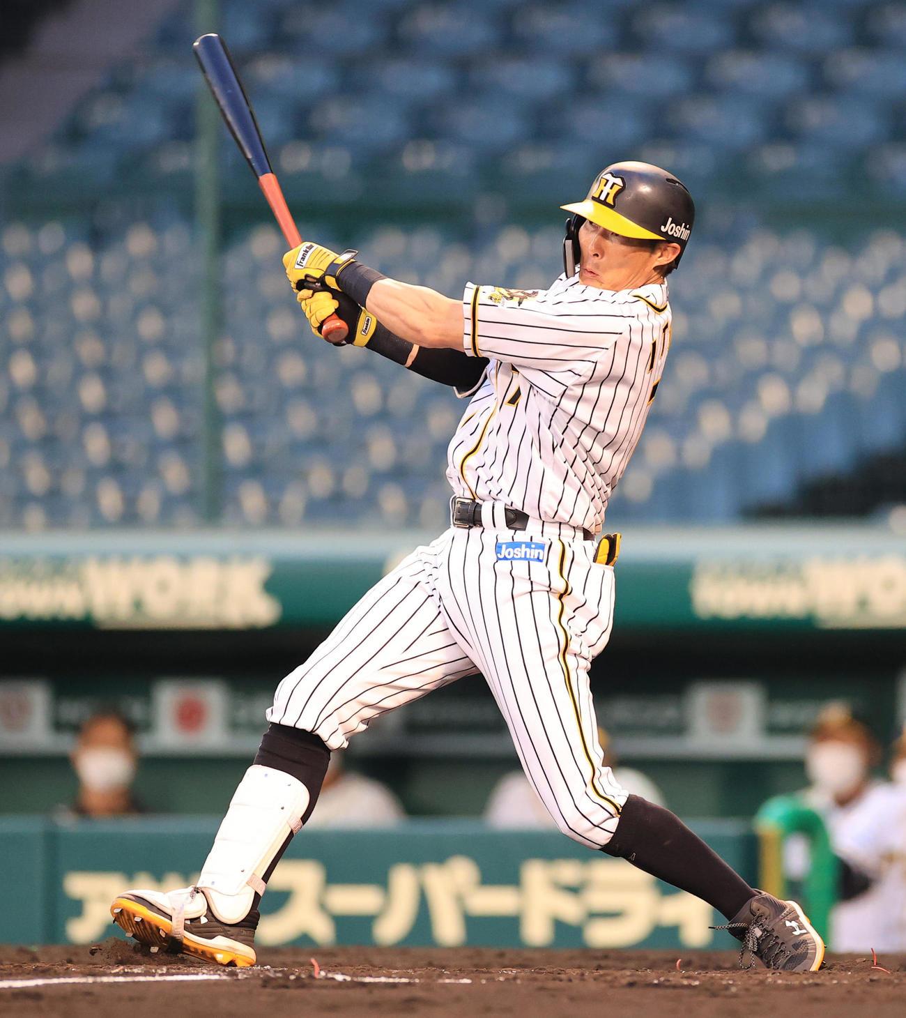 阪神対ソフトバンク 3回裏阪神2死一塁、糸井は左翼ポール直撃の逆転2点本塁打を放つ(撮影・清水貴仁)