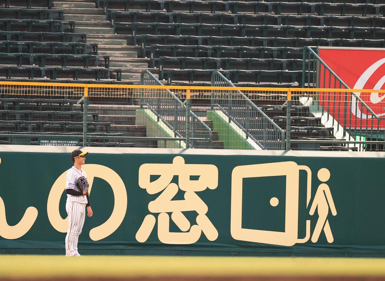練習試合阪神対ソフトバンク 4回表ソフトバンク無死、柳田悠岐の右中間スタンドで突き刺さる本塁打に苦笑いの中堅手近本光司(撮影・清水貴仁)=2020年6月5日、甲子園球場