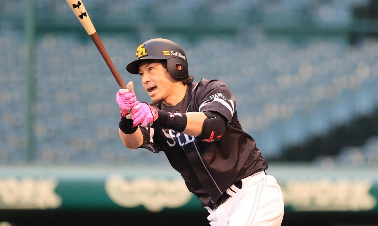練習試合阪神対ソフトバンク 1回表ソフトバンク1死満塁、左へ先制2点適時打を放つ松田宣浩(撮影・清水貴仁)