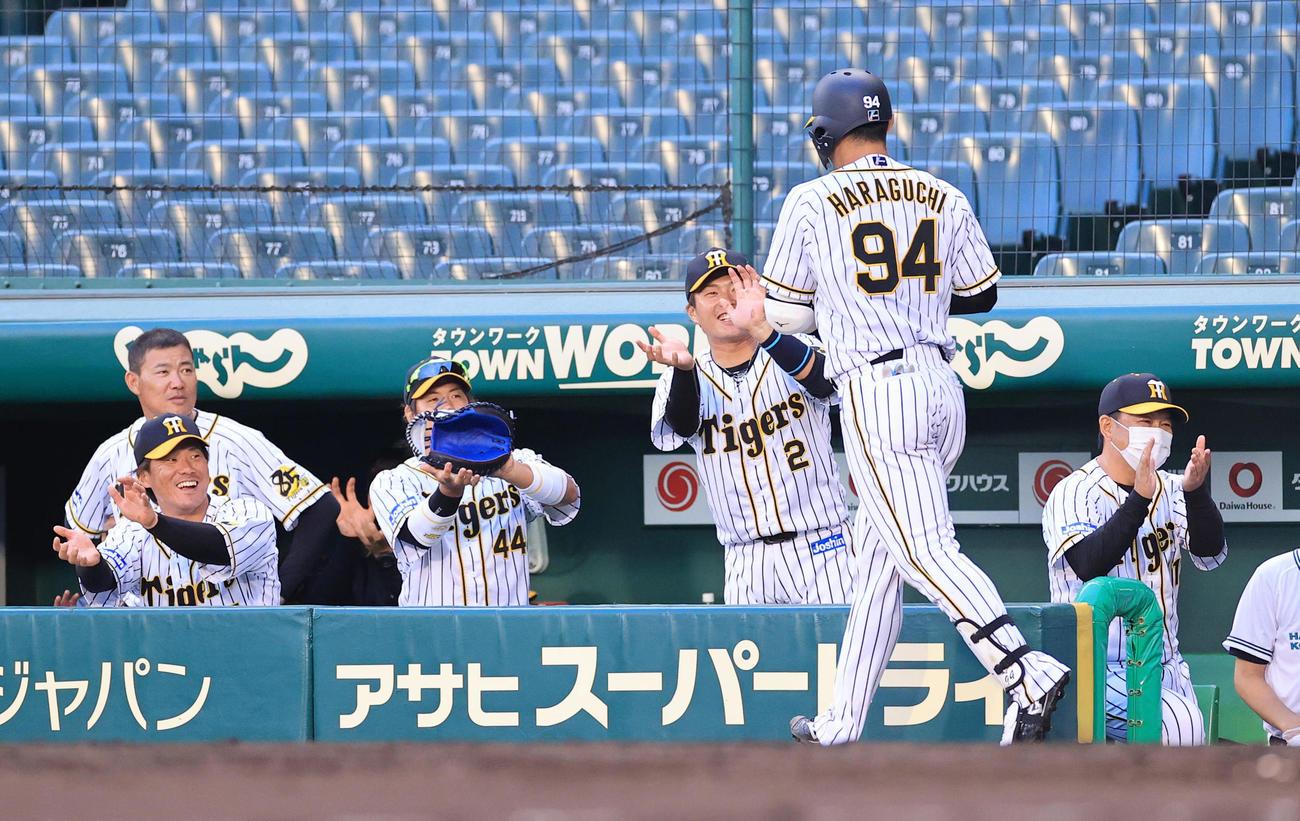2回裏阪神1死一塁、左越え2点本塁打を放ち出迎えを受ける原口文仁(撮影・清水貴仁)