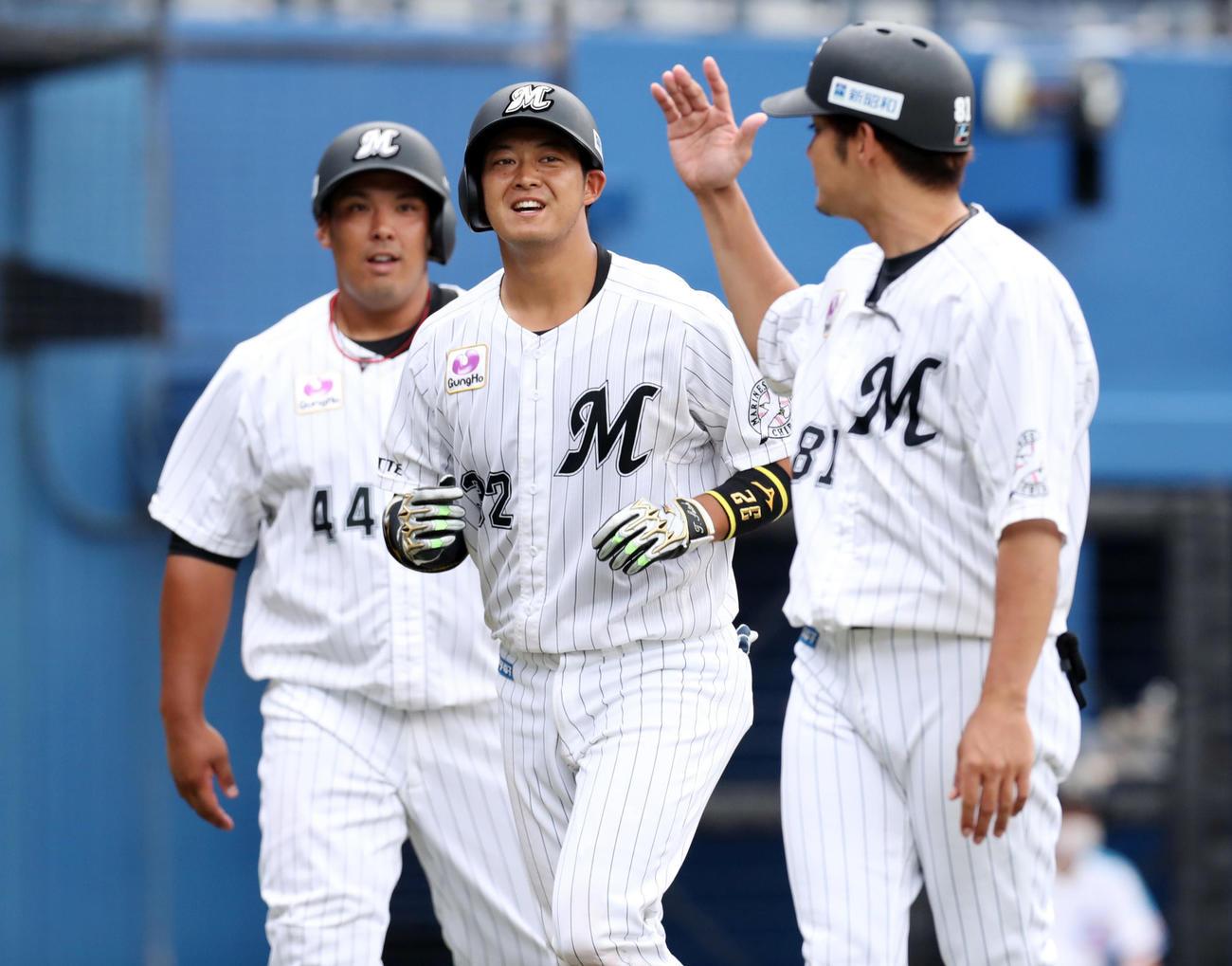 ロッテ対楽天 5回裏ロッテ1死二塁、2試合連続となる先制の2点本塁打を放った佐藤(中央)はエアタッチに笑顔を見せる(撮影・垰建太)
