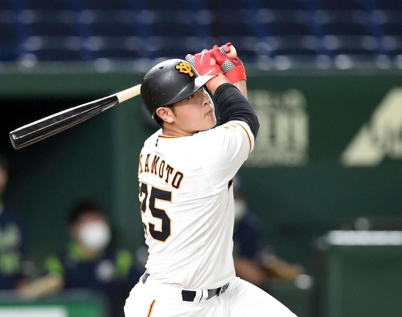 3回裏巨人2死一、二塁、右越えに3点本塁打を放つ岡本(撮影・たえ見朱実)