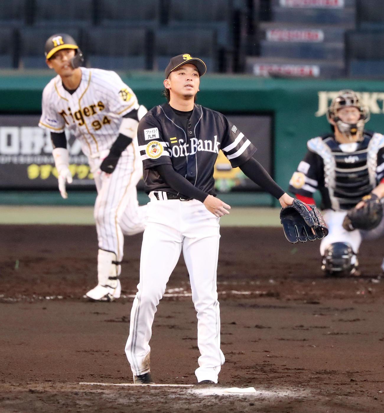 阪神対ソフトバンク 2回裏阪神1死一塁、東浜は原口に左越え2点本塁打を被弾(撮影・加藤哉)