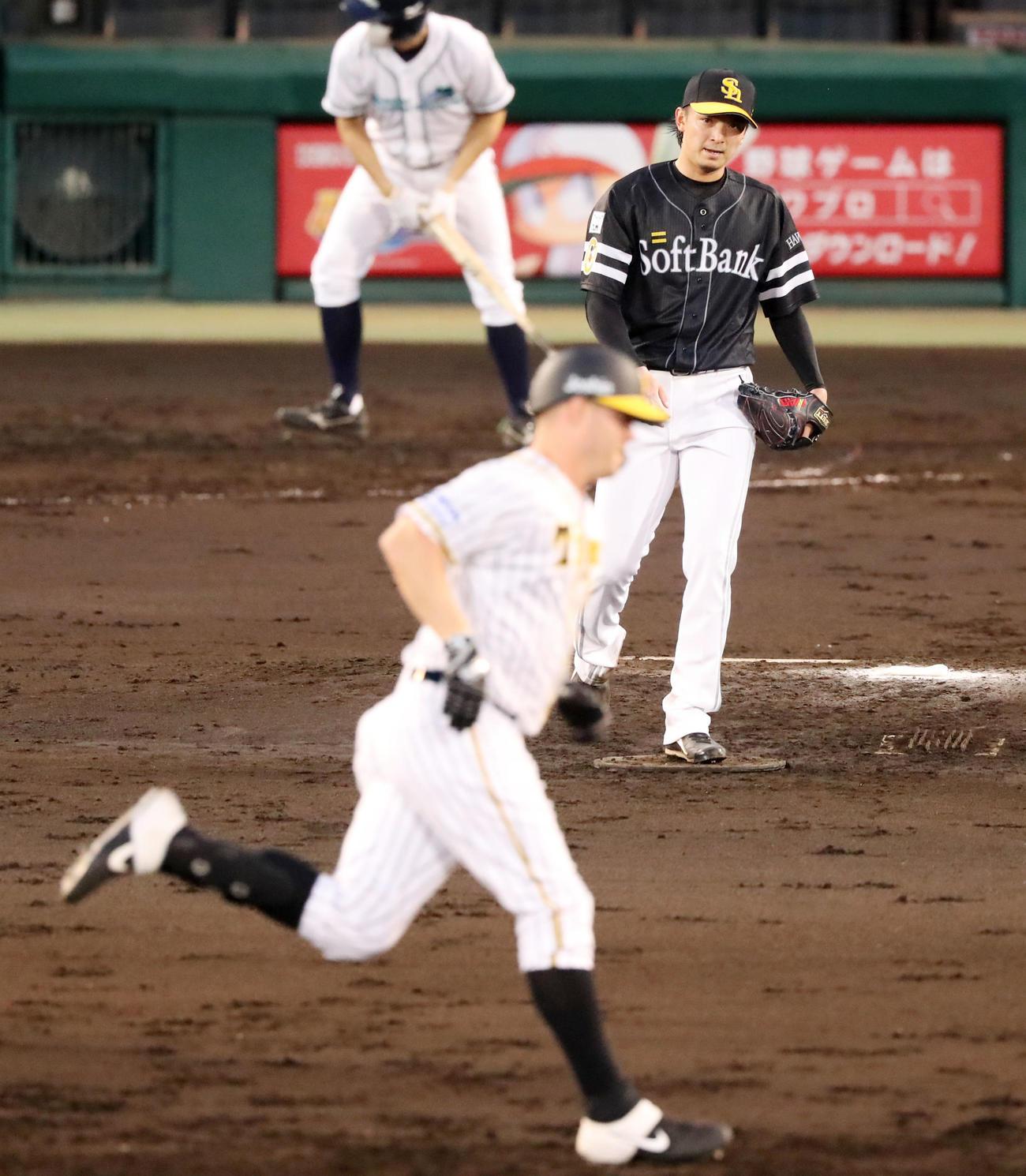 阪神対ソフトバンク 3回裏阪神無死、東浜はサンズに中越え本塁打を被弾(撮影・加藤哉)