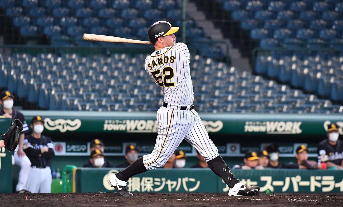 阪神対ソフトバンク 3回裏阪神無死、中越えにソロ本塁打を放つサンズ(撮影・上田博志)