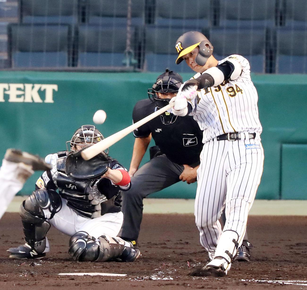 阪神対ソフトバンク 2回裏阪神無死一塁、原口は左越え2点本塁打を放つ(撮影・加藤哉)