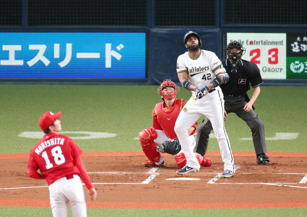 練習試合・オリックス対広島 1回裏オリックス1死一塁、ロドリゲスは左中間に2点本塁打を放つ(撮影・上山淳一)