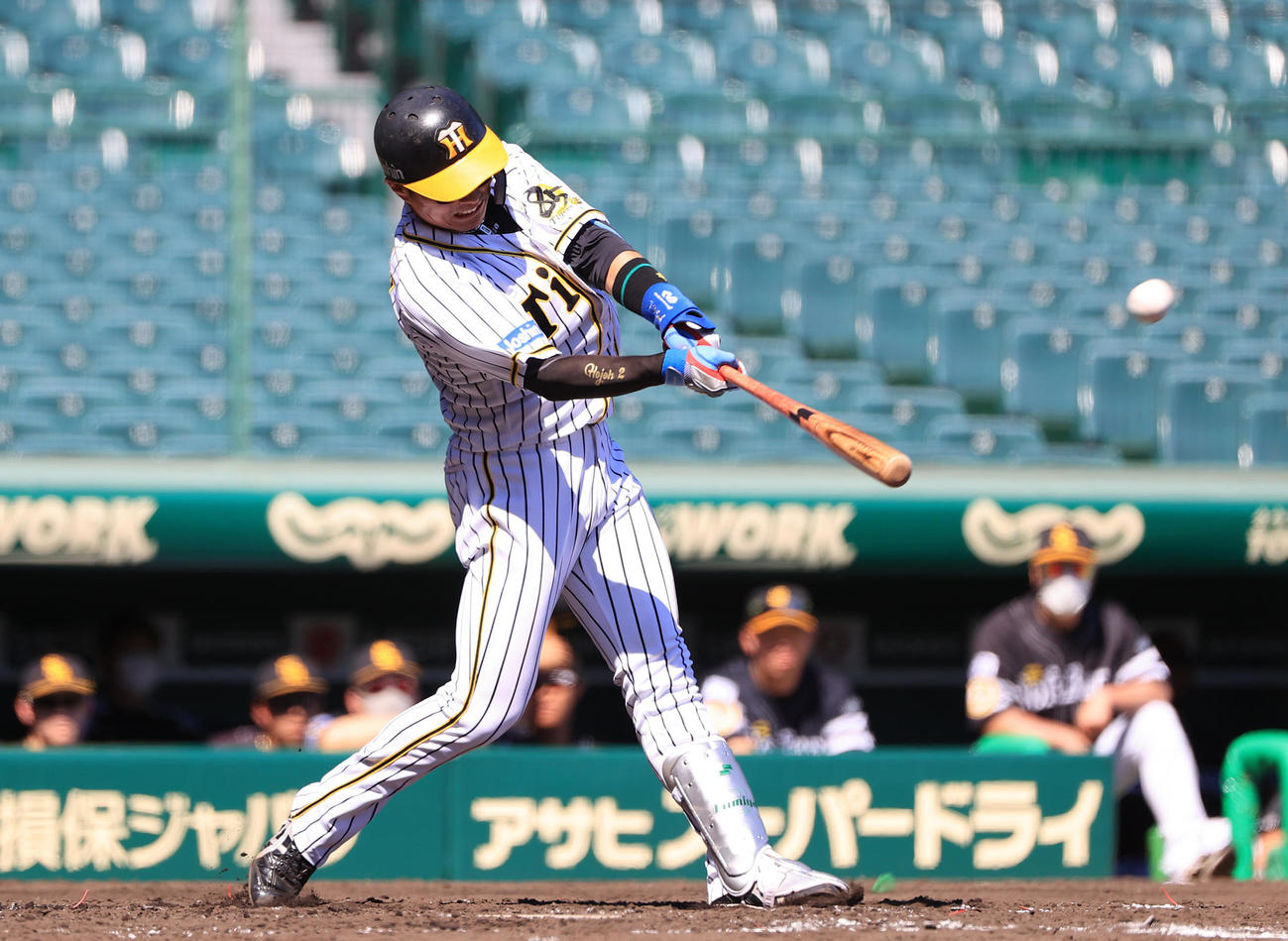 3回裏阪神2死一塁、左越え先制2点本塁打を放つ北條史也(撮影・清水貴仁)