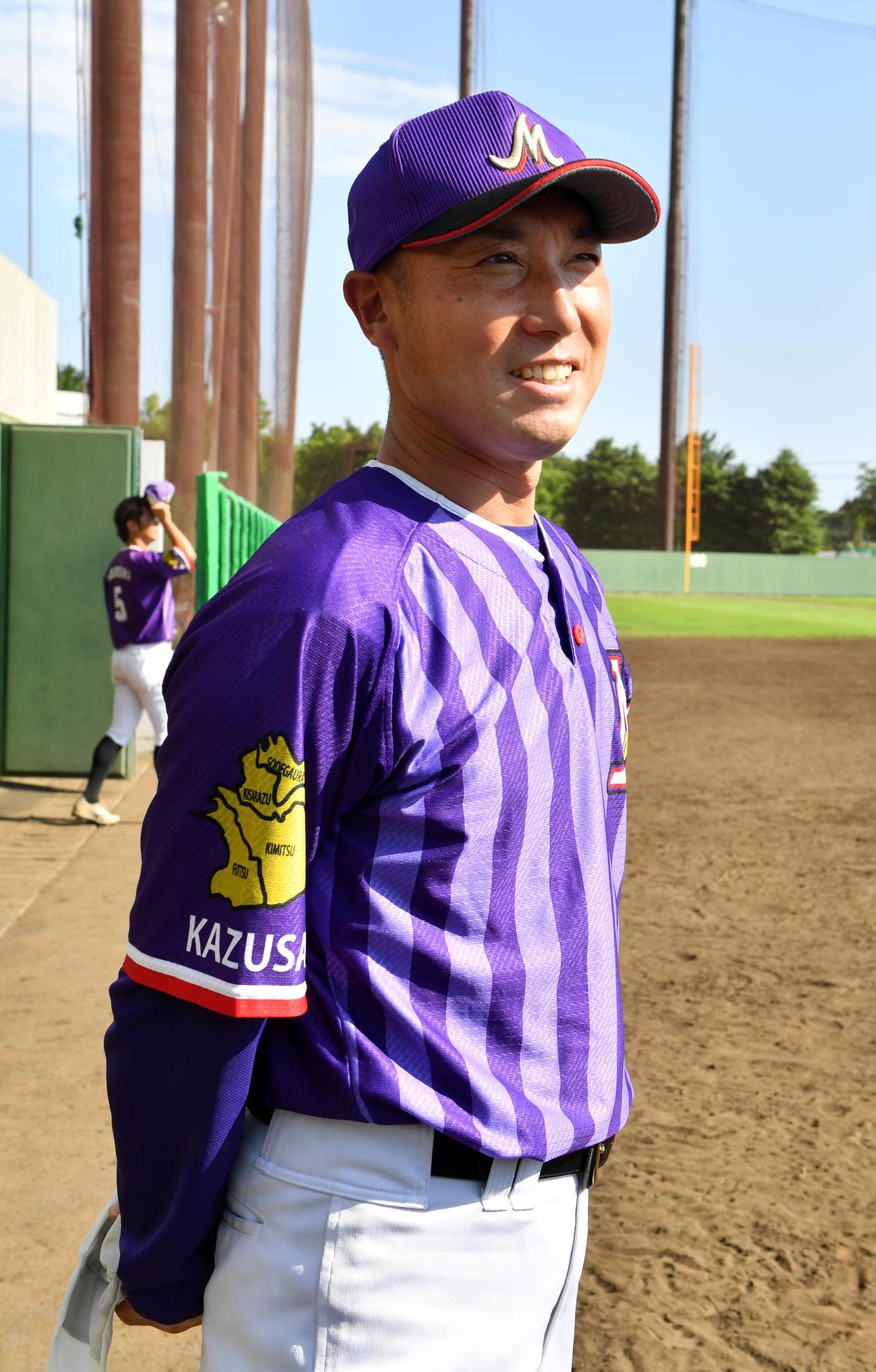 緊急事態宣言解除後、初の社会人野球の練習試合でJR東日本に勝利した日本製鉄かずさマジックの渡辺監督は笑顔を見せる(撮影・柴田隆二)