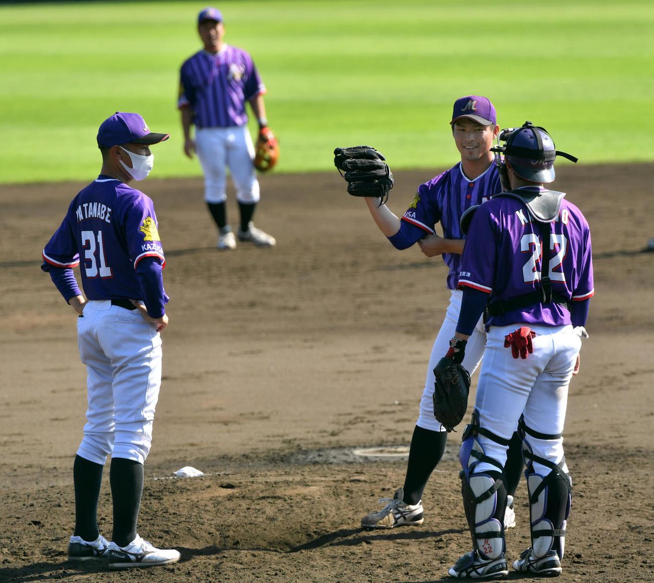 JR東日本対日本製鉄かずさマジック 9回裏にピンチの橘投手(中央)にソーシャルディスタンスを取りアドバイスする渡辺監督(左)(撮影・柴田隆二)