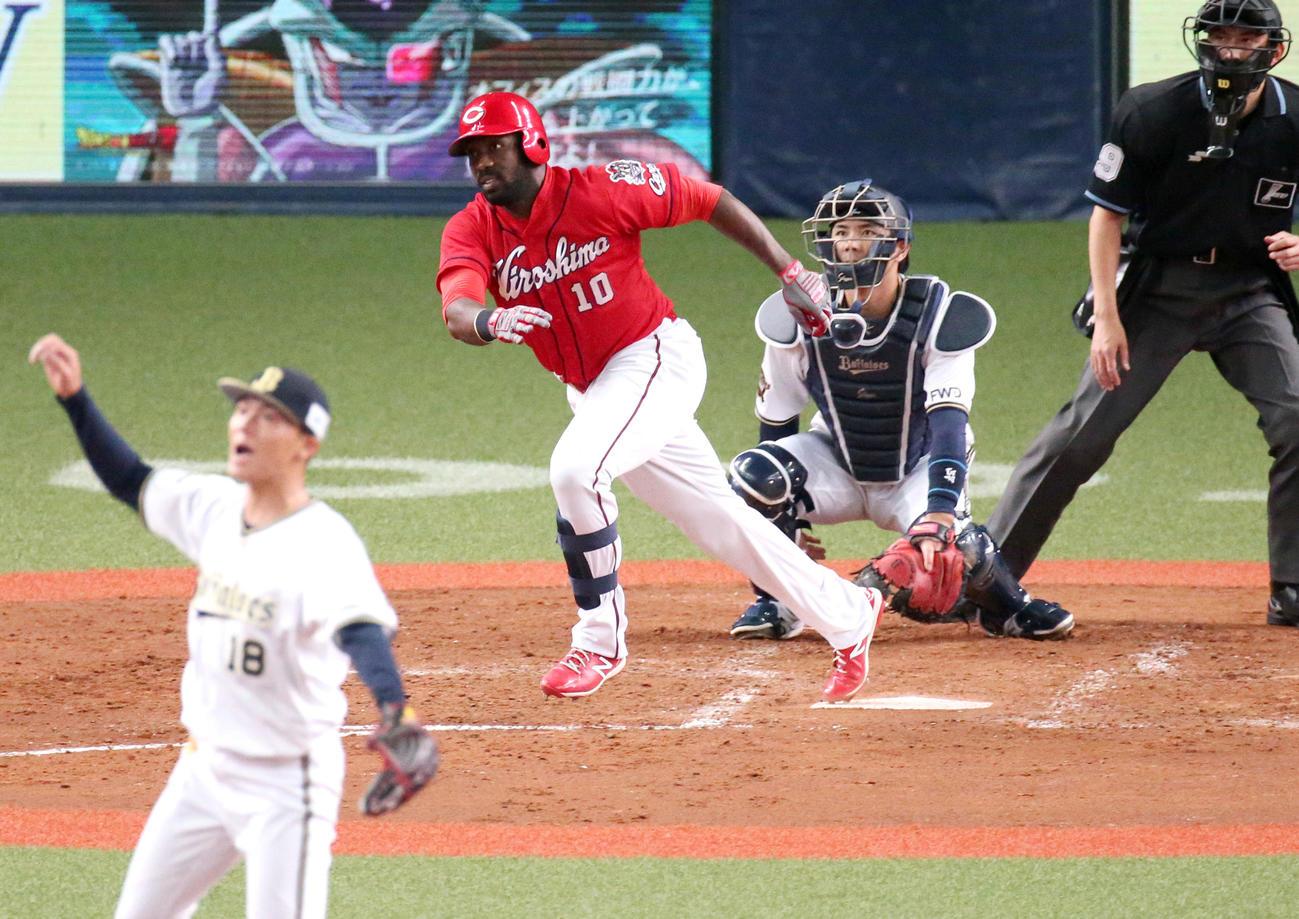 練習試合・オリックス対広島 5回表広島2死二、三塁、ピレラは右に2点適時二塁打を放つ(撮影・上山淳一)