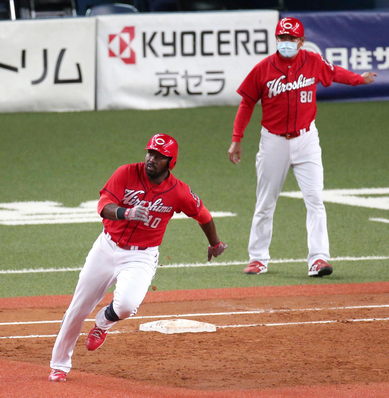 オリックス対広島 5回表広島2死二、三塁、ピレラは右に2点適時二塁打を放ち二塁に向かう(撮影・上山淳一)