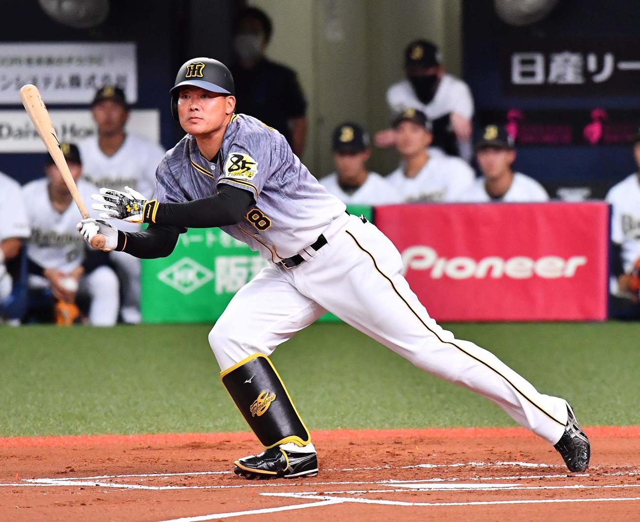 オリックス対阪神 1回表阪神1死一、二塁、左翼線へ適時二塁打を放つ福留(撮影・上田博志)