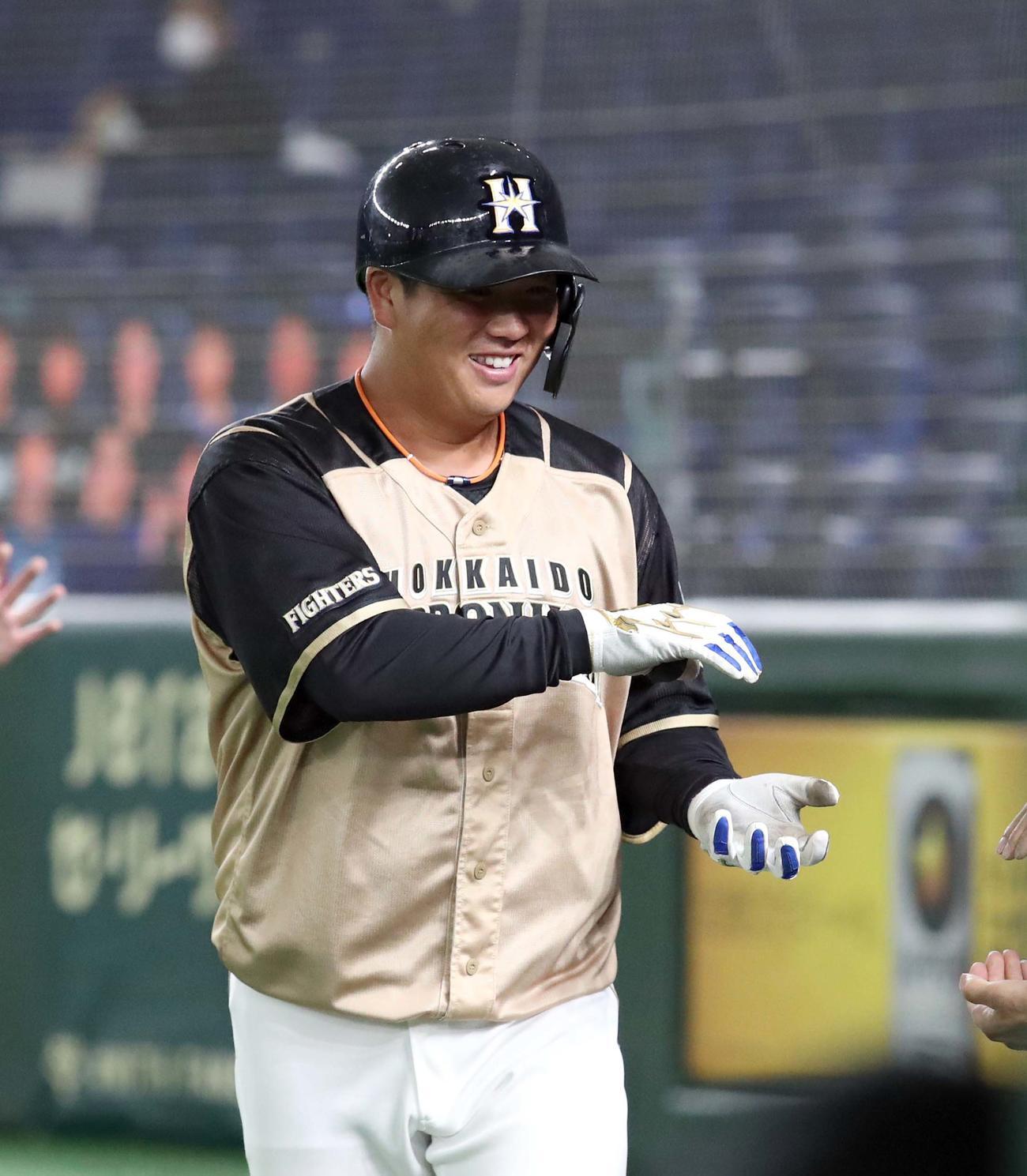 巨人対日本ハム 6回表日本ハム1死二塁、横尾は逆転となる2点本塁打を放ちおにぎりポーズを見せる(撮影・佐藤翔太)