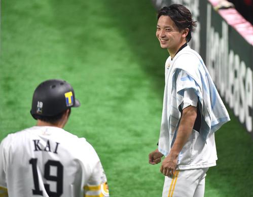 開幕投手の東浜は捕手の甲斐と談笑する(撮影・今浪浩三)