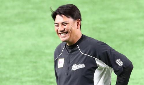 練習前、笑顔を見せる井口資仁監督(撮影・梅根麻紀)=2020年6月18日、福岡ペイペイドーム