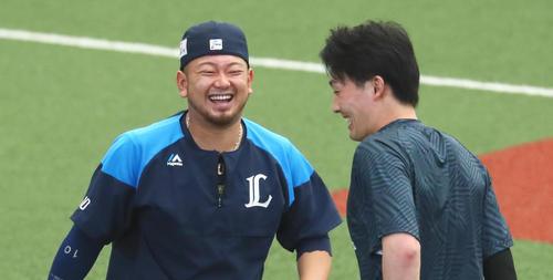 練習中、笑顔を見せる西武の森(左)と源田(撮影・足立雅史)