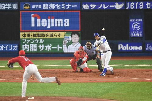 2回裏DeNA1死、ロペスは左越えソロ本塁打を放つ。投手大瀬良(撮影・山崎安昭)