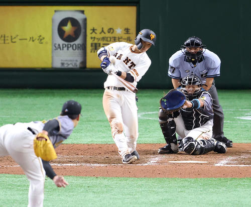 巨人対阪神 7回裏巨人1死二塁、右越えに逆転2点本塁打を放つ吉川尚。投手岩崎(撮影・江口和貴)