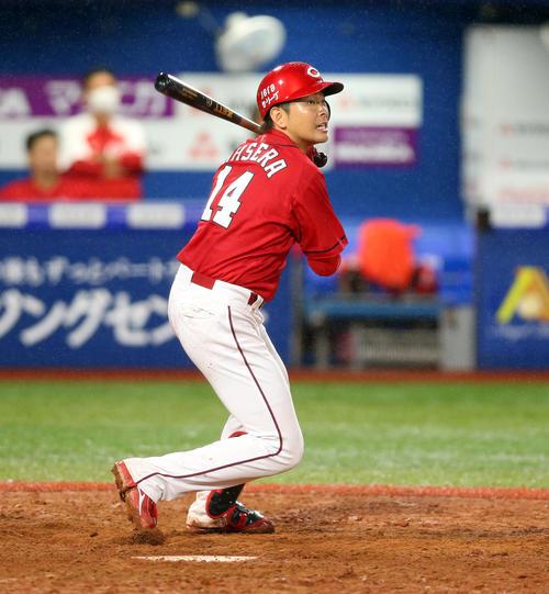 DeNA対広島 9回表広島2死一塁、右越え2点本塁打を放つ大瀬良(撮影・大野祥一)