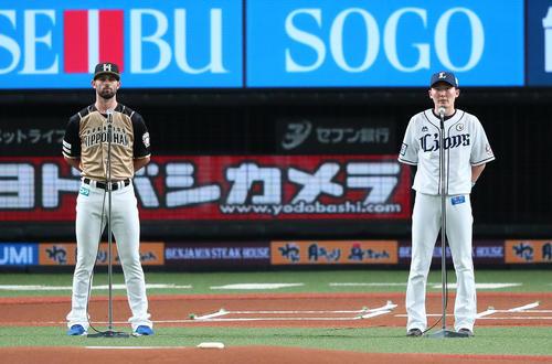 試合前のセレモニーでスピーチする西武の源田(右)と日本ハムのマルティネス(撮影・足立雅史)