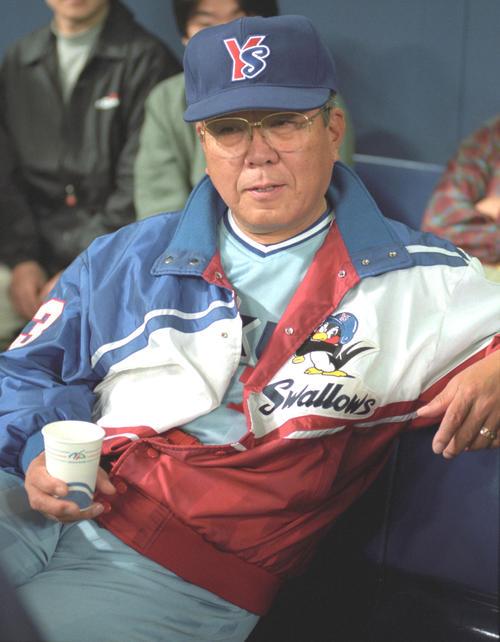 98年4月、中日との試合前、ベンチで報道陣と談笑するヤクルト野村監督