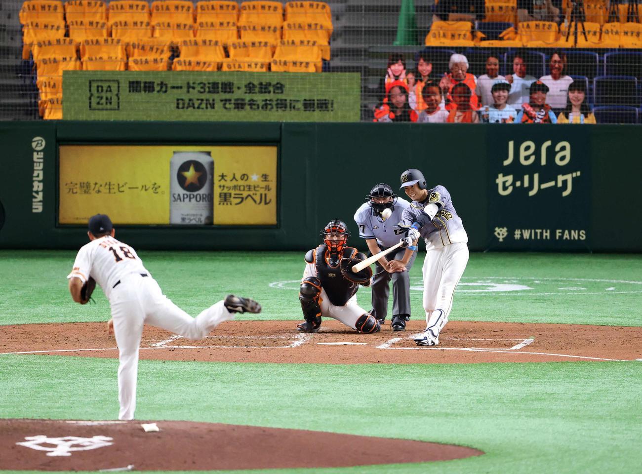 巨人対阪神 3回表阪神2死、プロ初となる先制ソロ本塁打を左越えに放つ西勇。投手菅野(撮影・江口和貴)