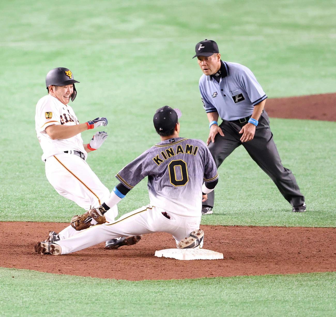 5回裏巨人無死一塁、吉川尚輝の打球で進塁を狙う菅野智之(左)は遊撃手木浪聖也と交錯する