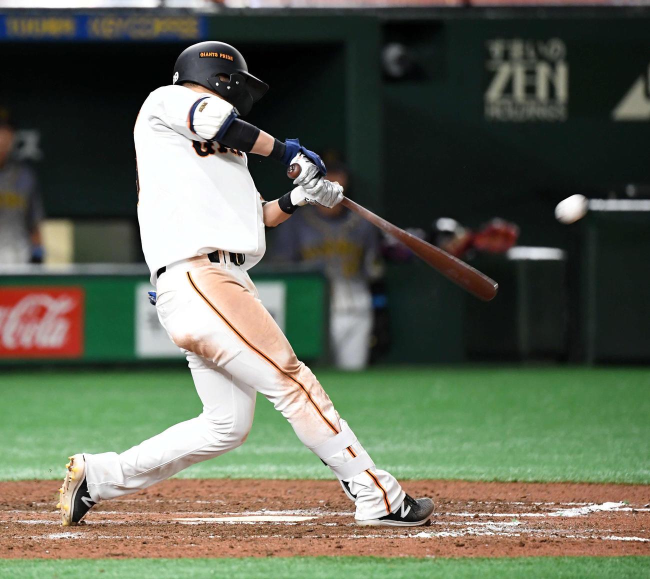 7回裏1死二塁、右越えに逆転の2点本塁打を放つ吉川尚(撮影・たえ見朱実)